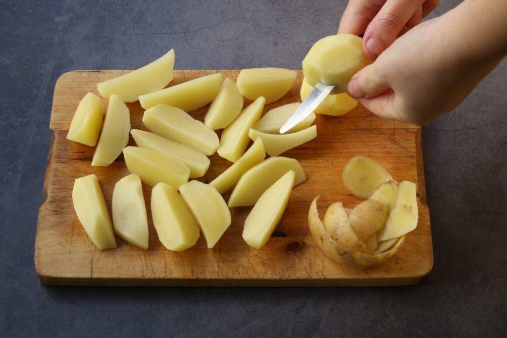 sbucciare e tagliare le patate