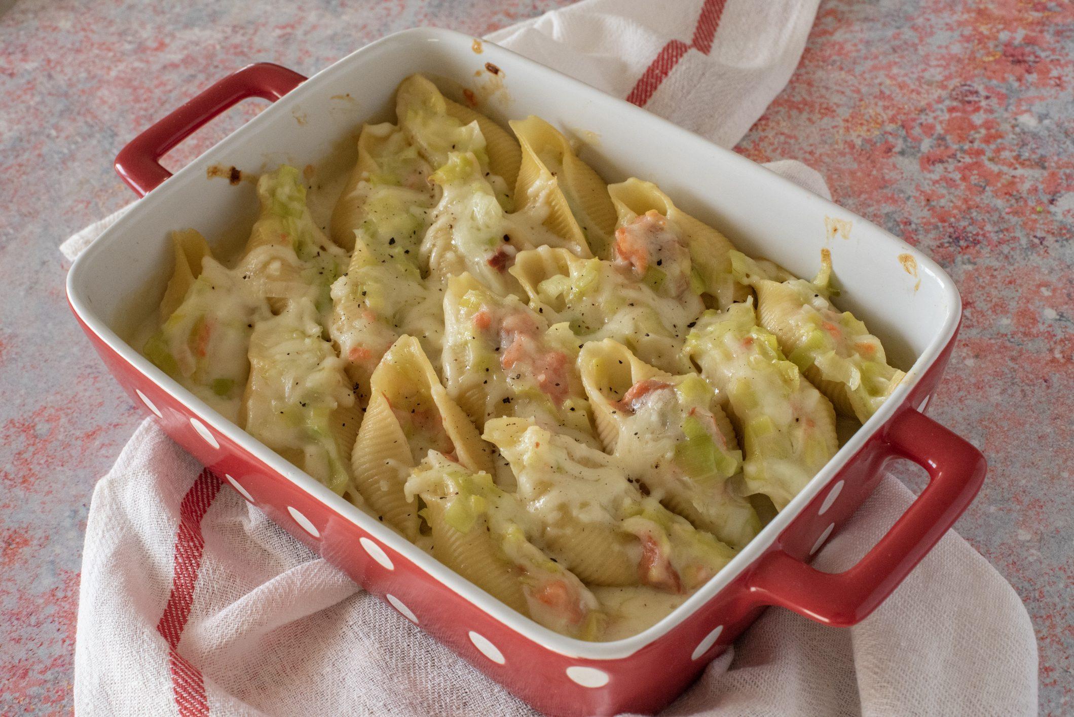 Conchiglioni con salmone e porri: la ricetta del piatto gustoso e raffinato