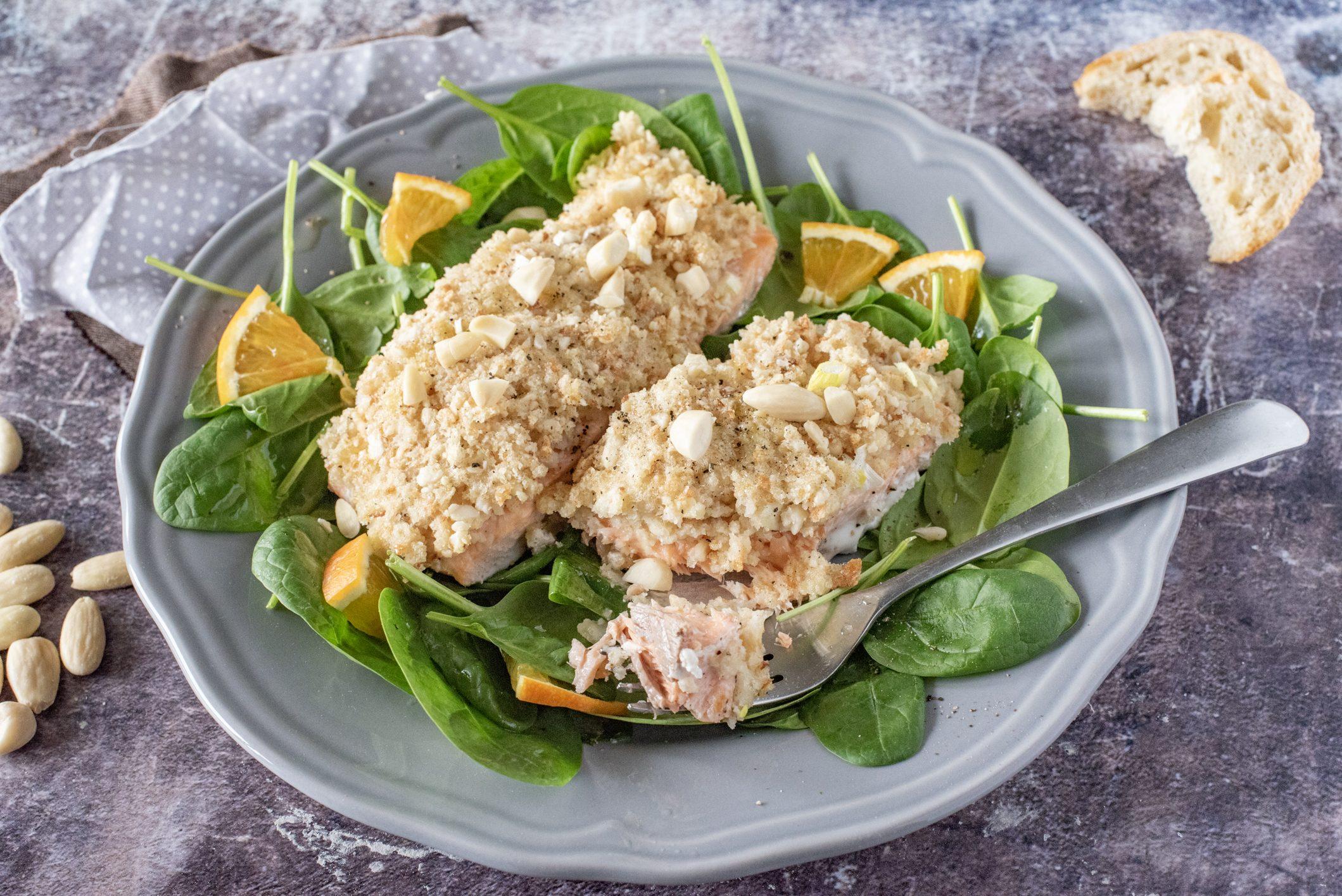 Filetto di salmone gratinato con le mandorle: la ricetta del piatto sfizioso e leggero