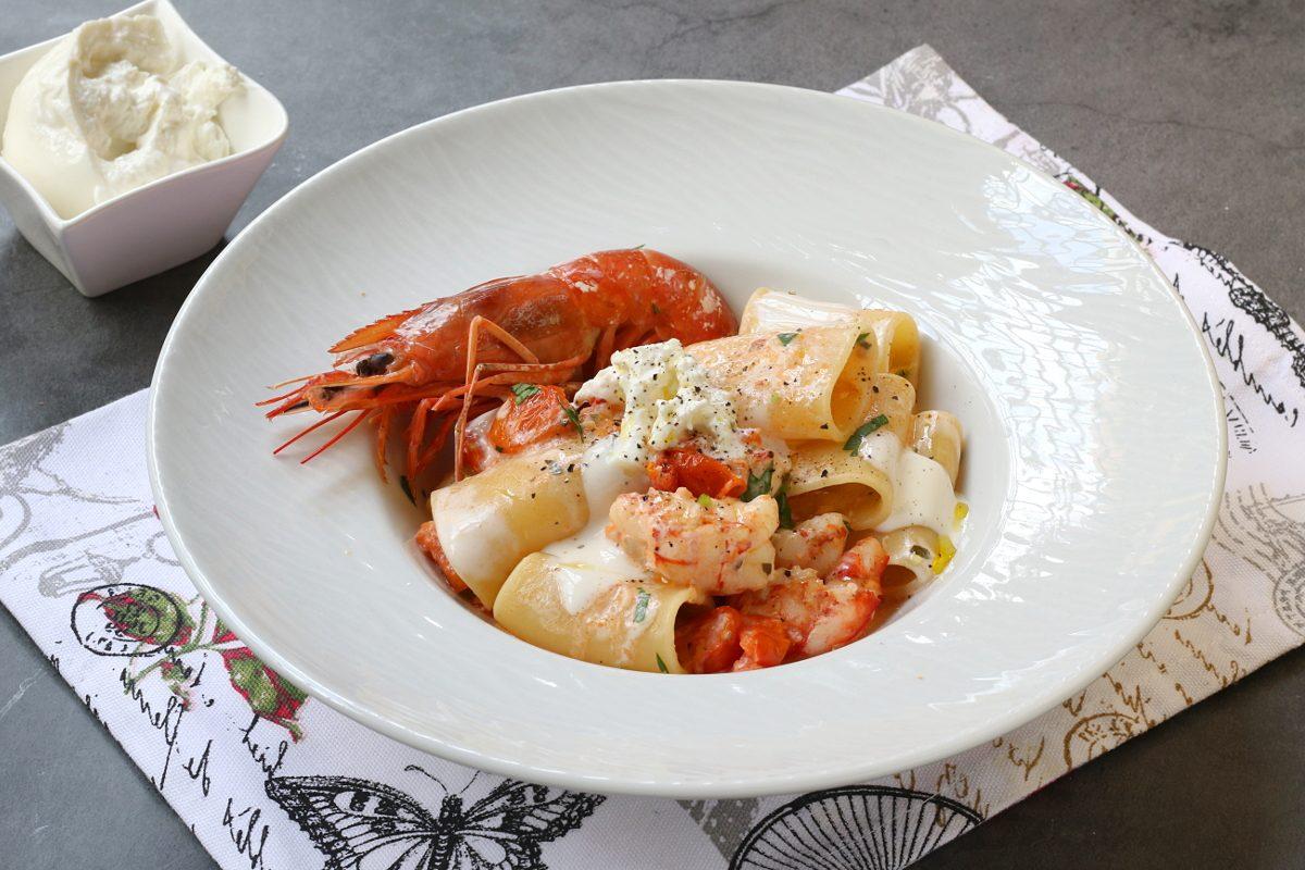 Paccheri con gamberi e burrata: la ricetta del primo piatto goloso, raffinato e semplice