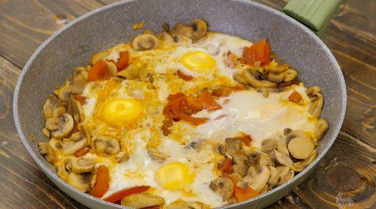 Uova con funghi e pomodori: la ricetta della pietanza veloce e saporita