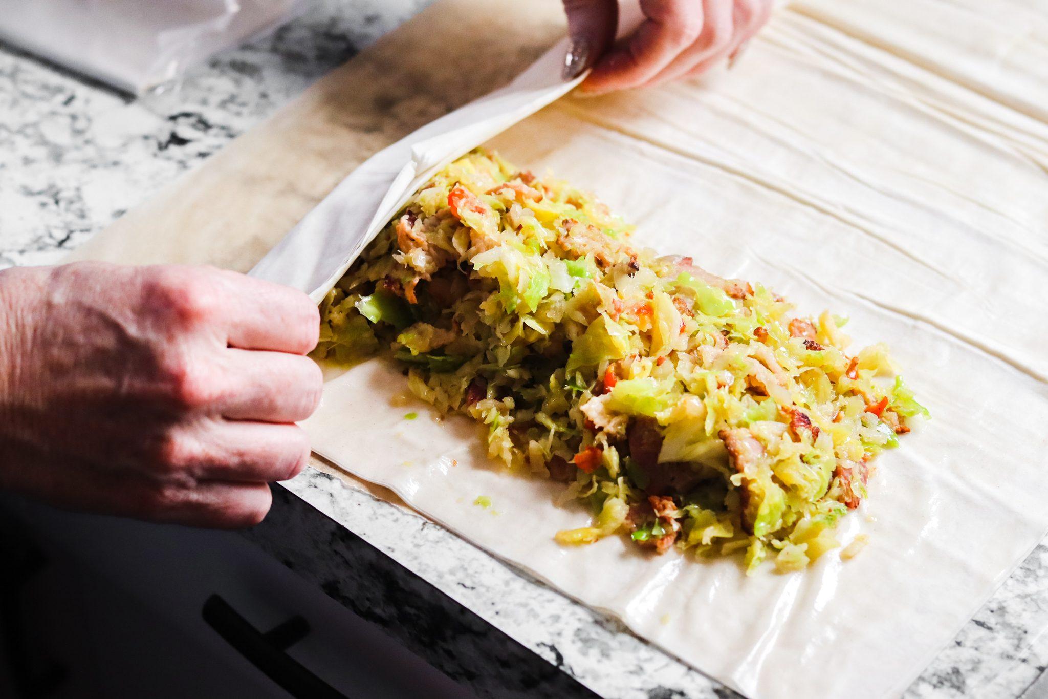 Strudel salato con crauti e pancetta: arrotolare lo strudeò