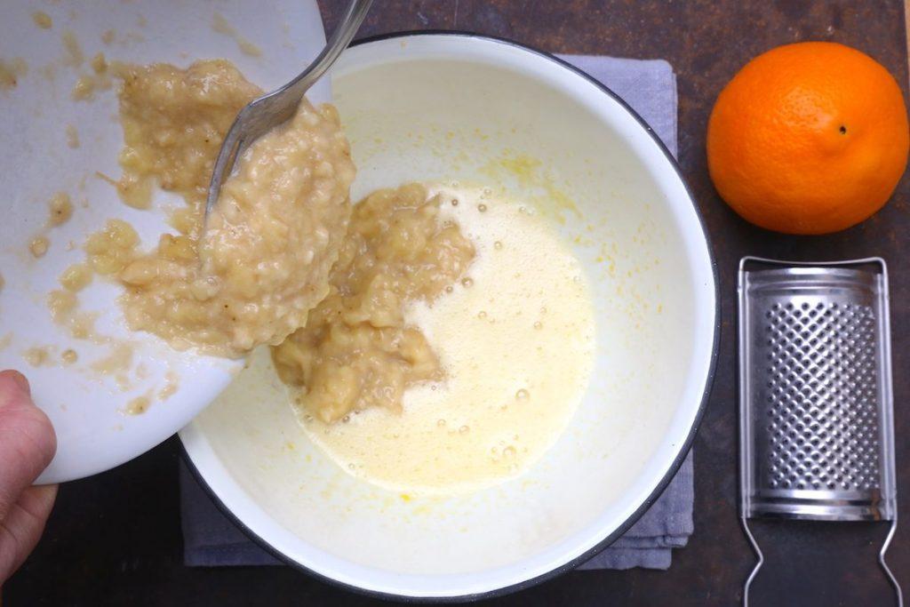 3_versare la banane nelle uova_biscotti alle banane©Gooduria lab copia