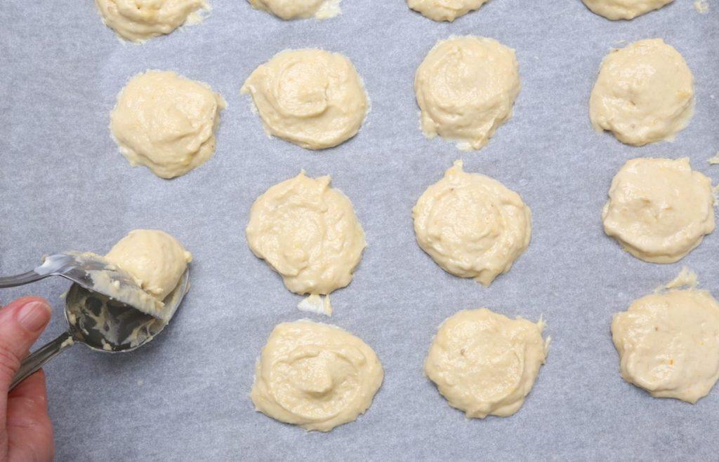 6_distribuire impasto biscotti_biscotti alle banane©Gooduria lab copia