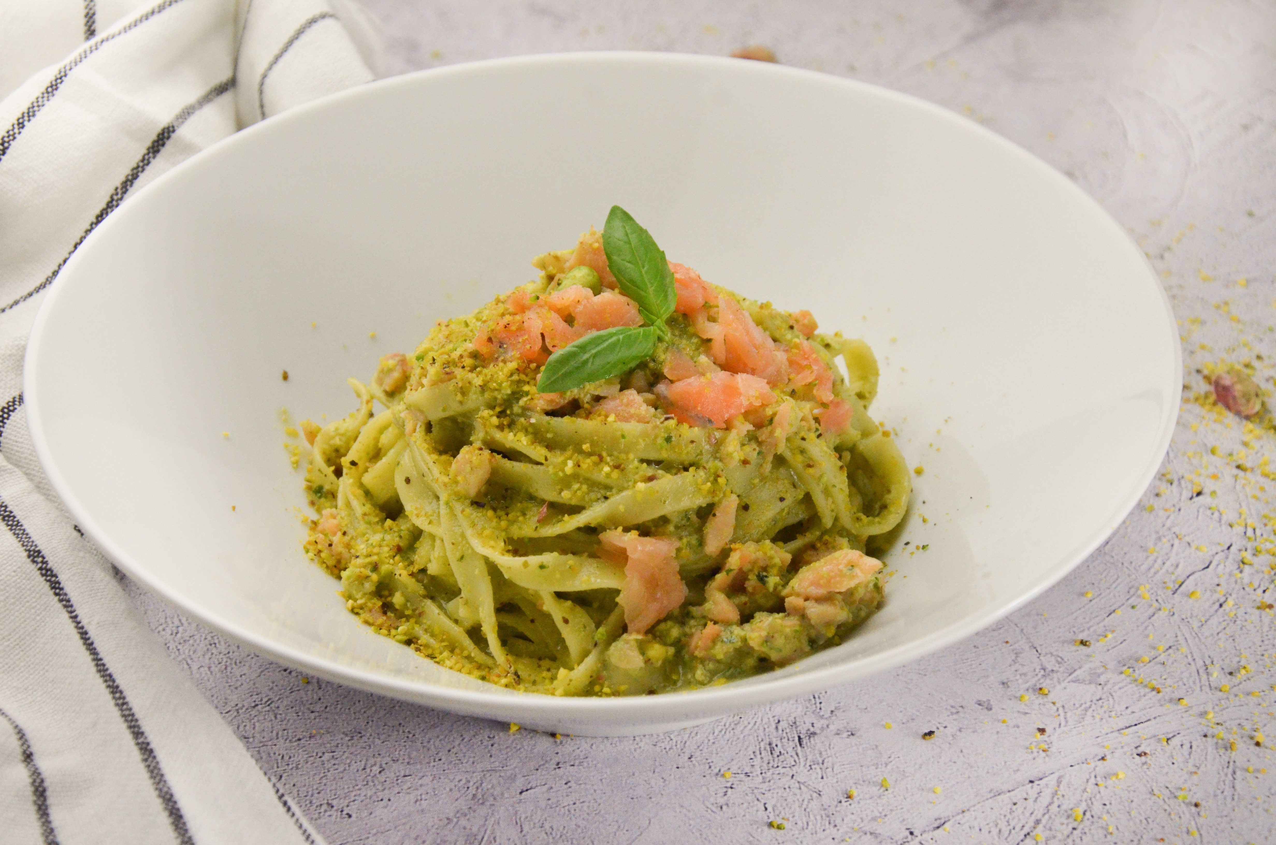 Fettuccine salmone e crema di pistacchi: la ricetta del primo piatto goloso e super veloce