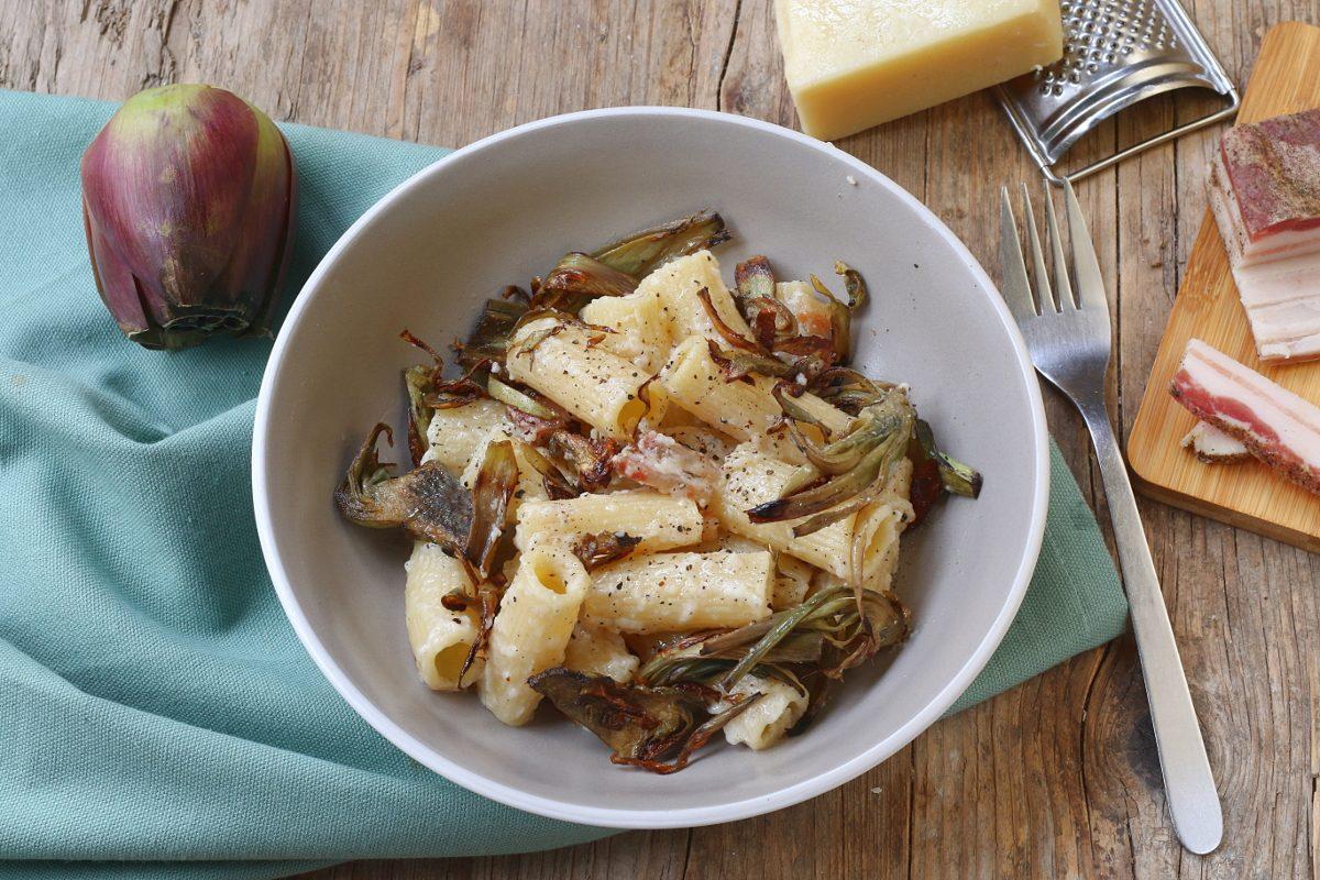 Gricia con carciofi: la ricetta della golosa variante del classico laziale