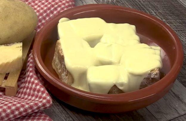 Patate fritte con fonduta: la ricetta del contorno gustoso con crema di formaggio