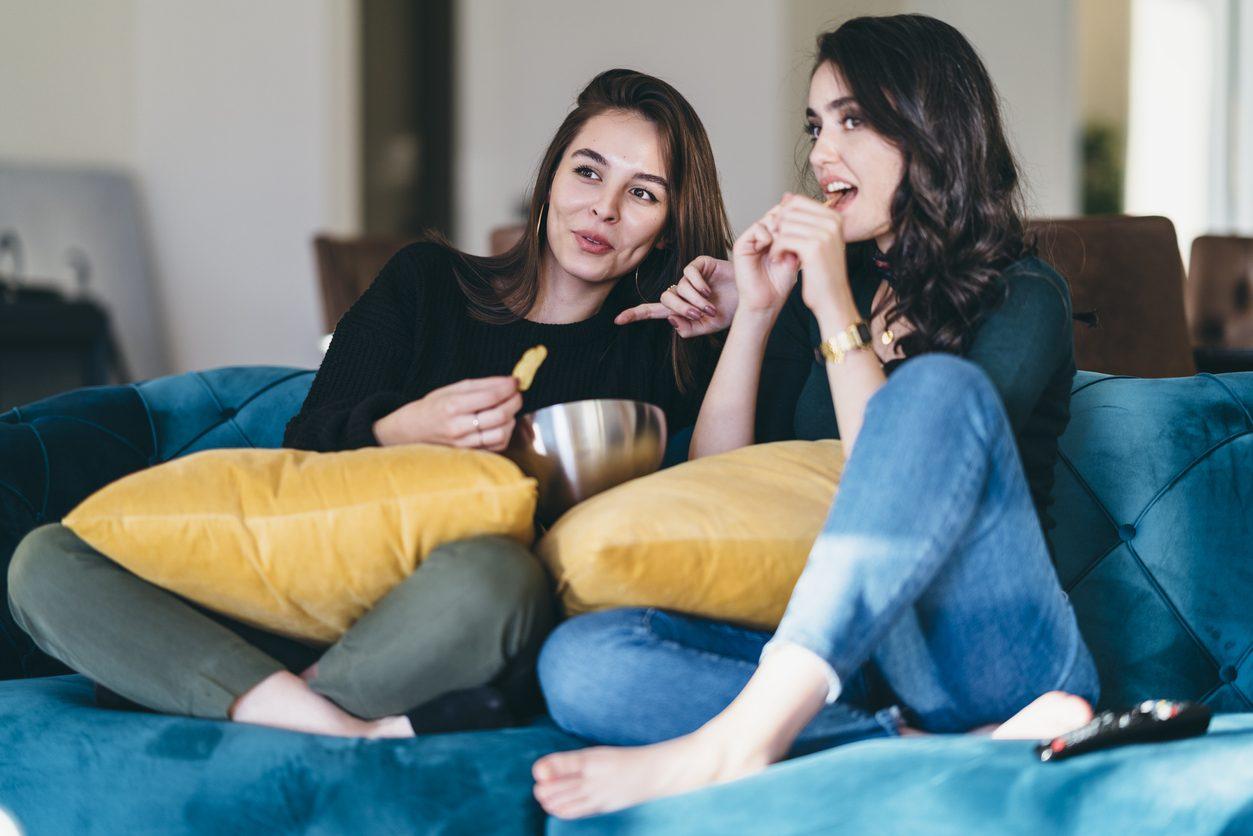 Perché mangiare davanti alla tv può avere conseguenze negative sulla salute