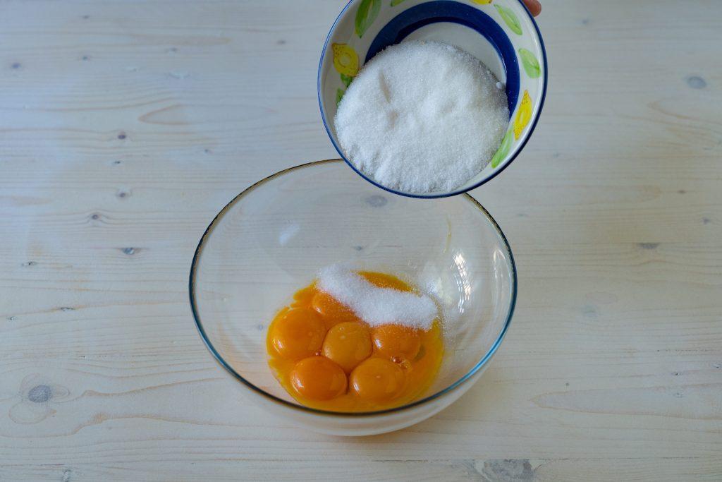 unire lo zucchero ai tuorli