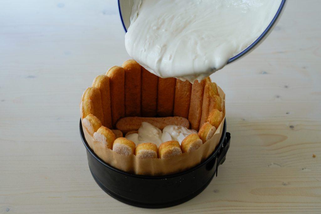versare crema di yogurt nello stampo