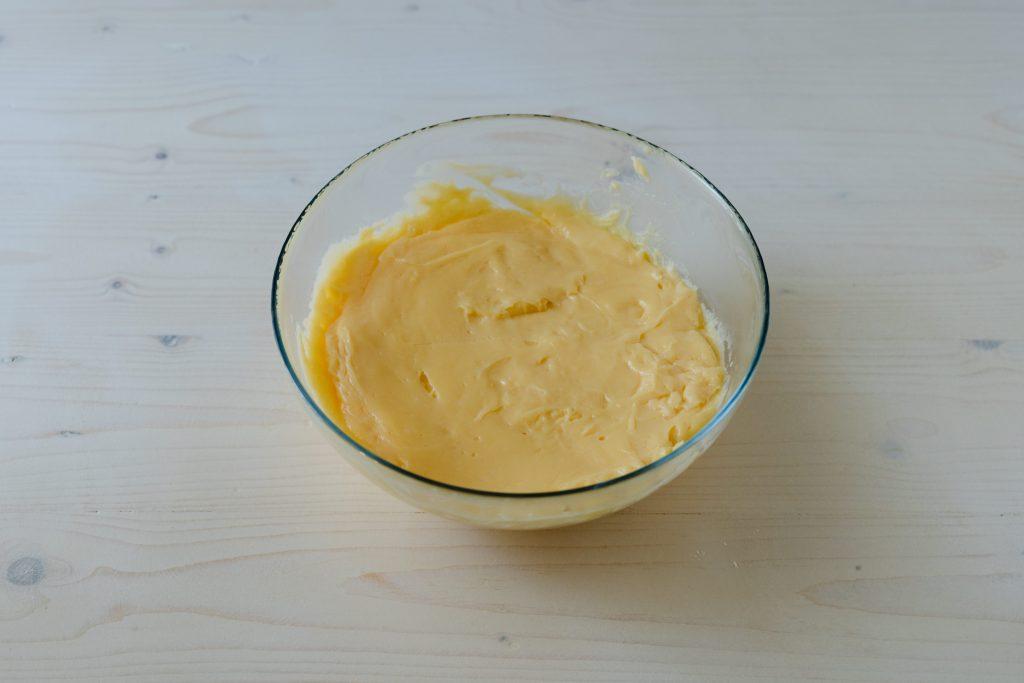 riversare crema pasticcera in un contenitore