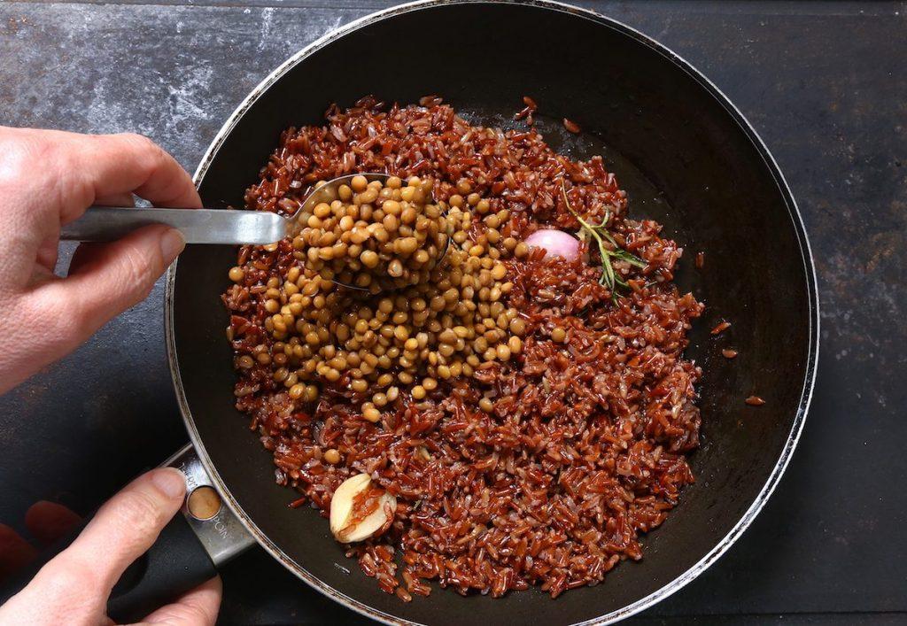 5_aggiungere lenticchie_riso selvatico con lenticchie©Gooduria lab