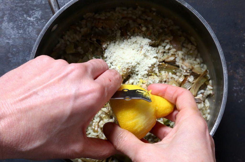 7_aggiungere scorza limone_risotto sgombro e carciofi©Gooduria lab