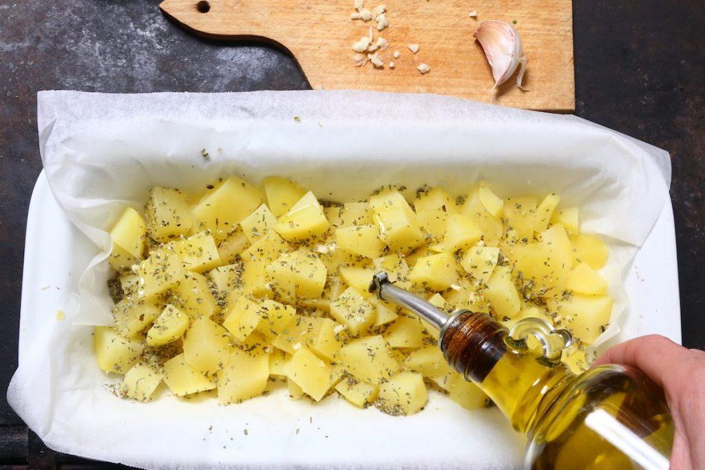 7_irrorate olio sulle patate_gallinella di mare gratinata con patate©Gooduria lab