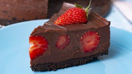 Cheesecake alle fragole e cioccolato: la ricetta della torta deliziosa senza cottura