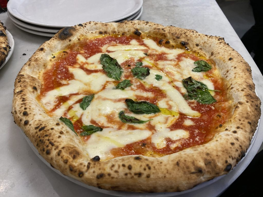 Vera pizza napoletana Margherita con Fiordilatte di Agerola della pizzeria 50 Kalò, Napoli
