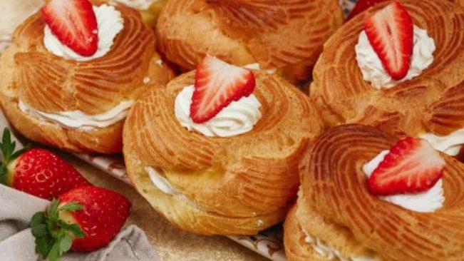 Zeppole panna e fragole: la ricetta al forno con golosa farcitura