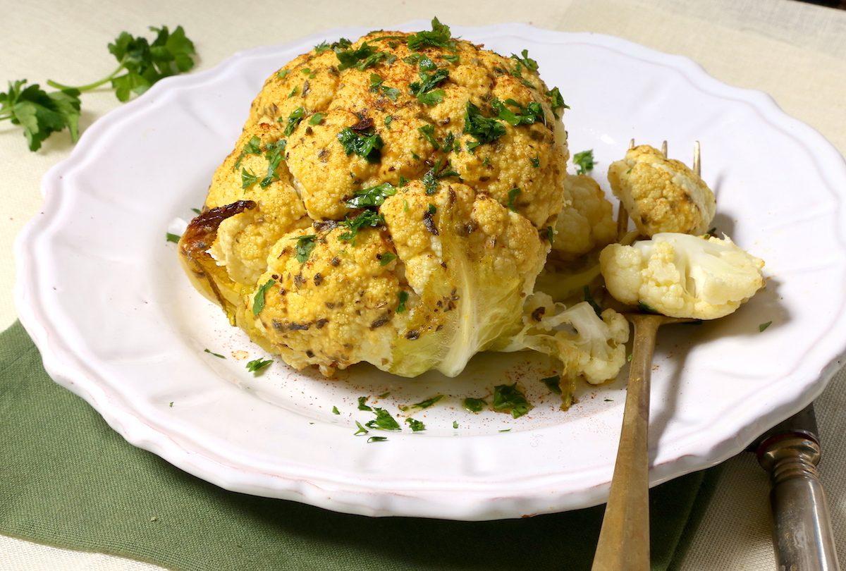 Cavolfiore arrosto: la ricetta del contorno gustoso e di grande effetto