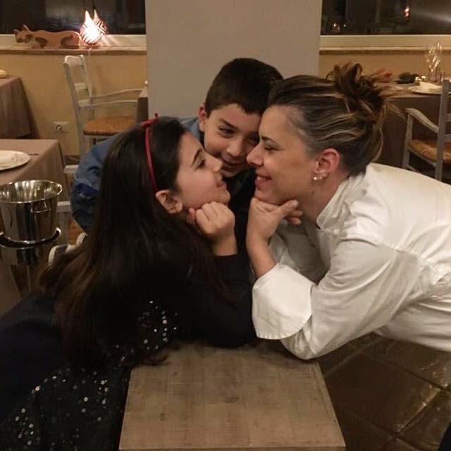 Iside De Cesare con i suoi bambini | Immagini di copertina Facebook