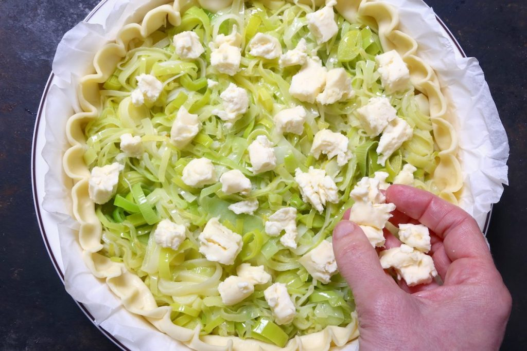 4_distribuire brie sui porri_torta salata porri e brie©Gooduria lab