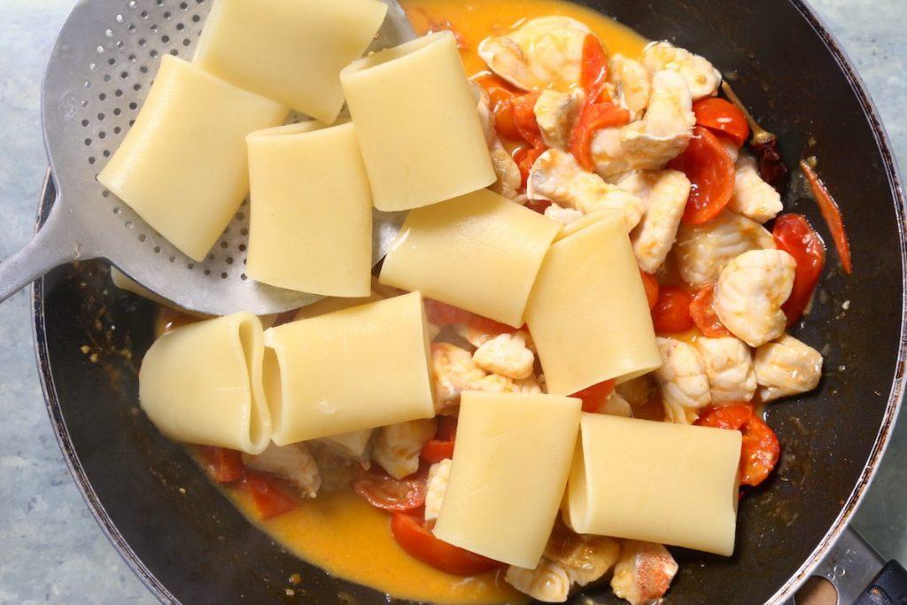 6_aggiungete la pasta_paccheri sugo di gallinella di mare©Gooduria lab