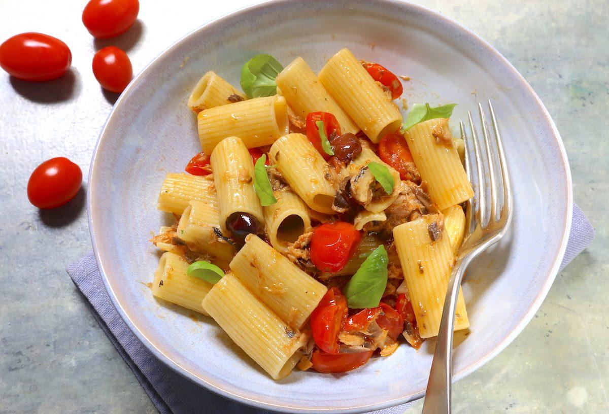Pasta con sgombro, pomodorini e olive: la ricetta del piatto veloce e appetitoso