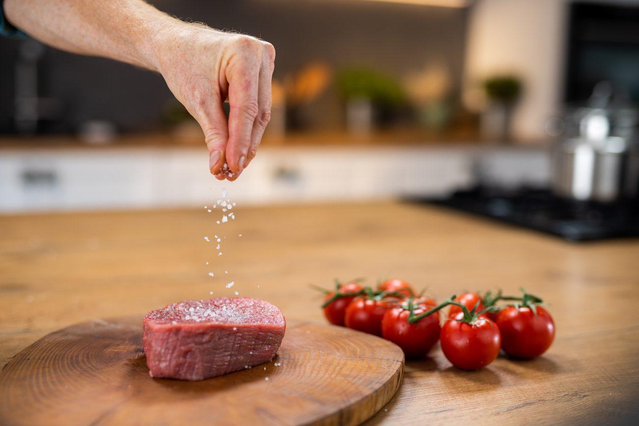 Quando si mette il sale sulla carne?
