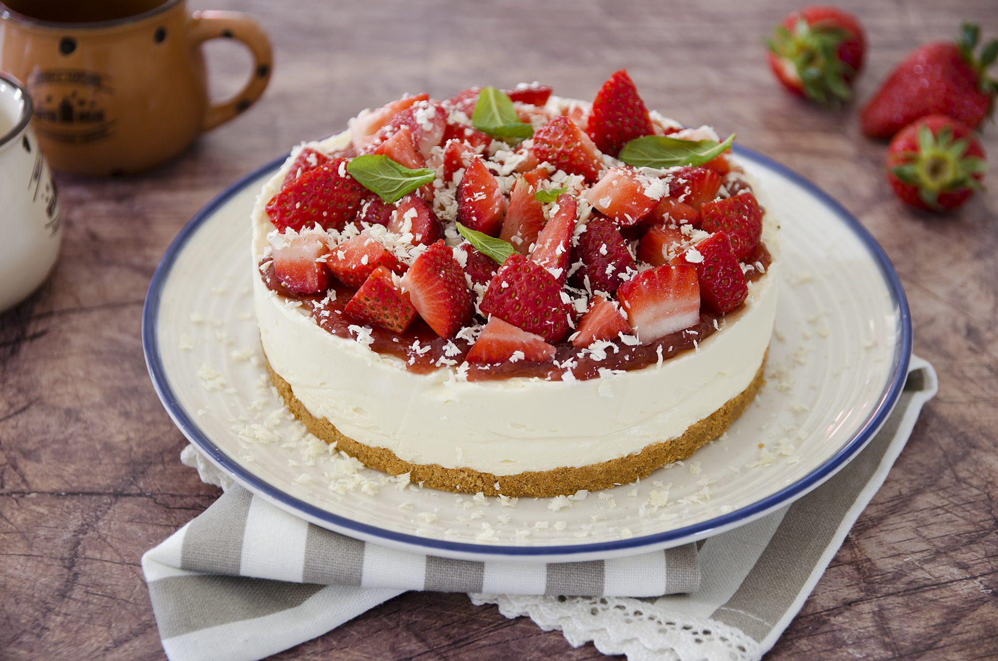 Cheesecake fragole e cioccolato bianco: la ricetta della torta golosa senza cottura