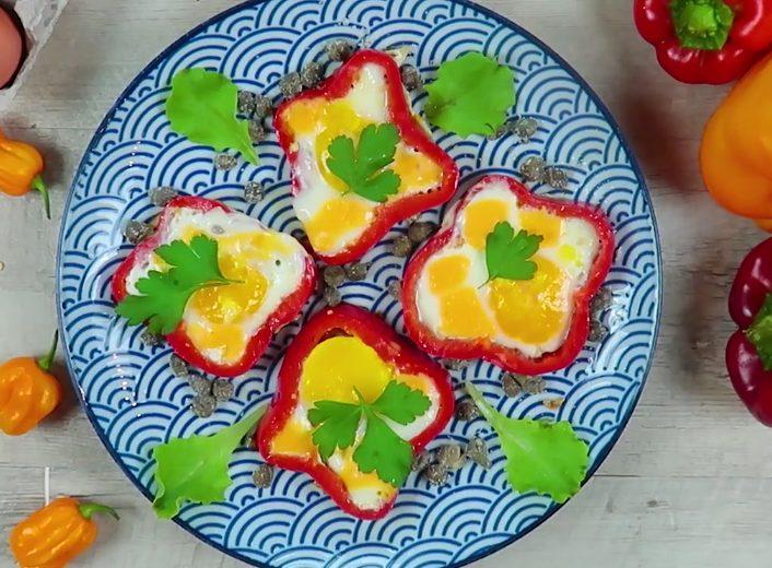 Fiori di peperoni con uova: la ricetta del secondo piatto sfizioso e colorato
