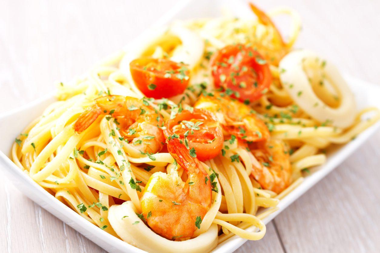 Pasta con calamari e gamberi: la ricetta del primo piatto semplice e raffinato