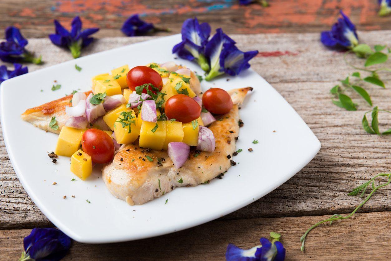 Pollo al mango: la ricetta del secondo piatto esotico e colorato
