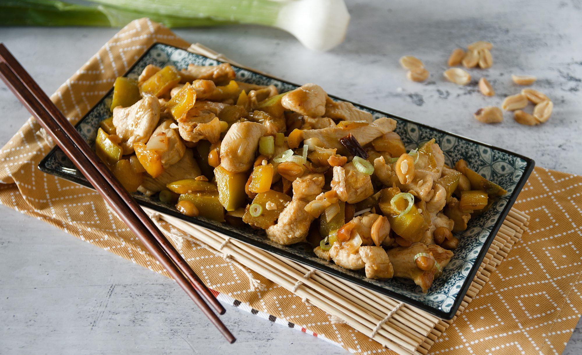 Pollo kung pao: la ricetta del piatto cinese con arachidi e peperoni