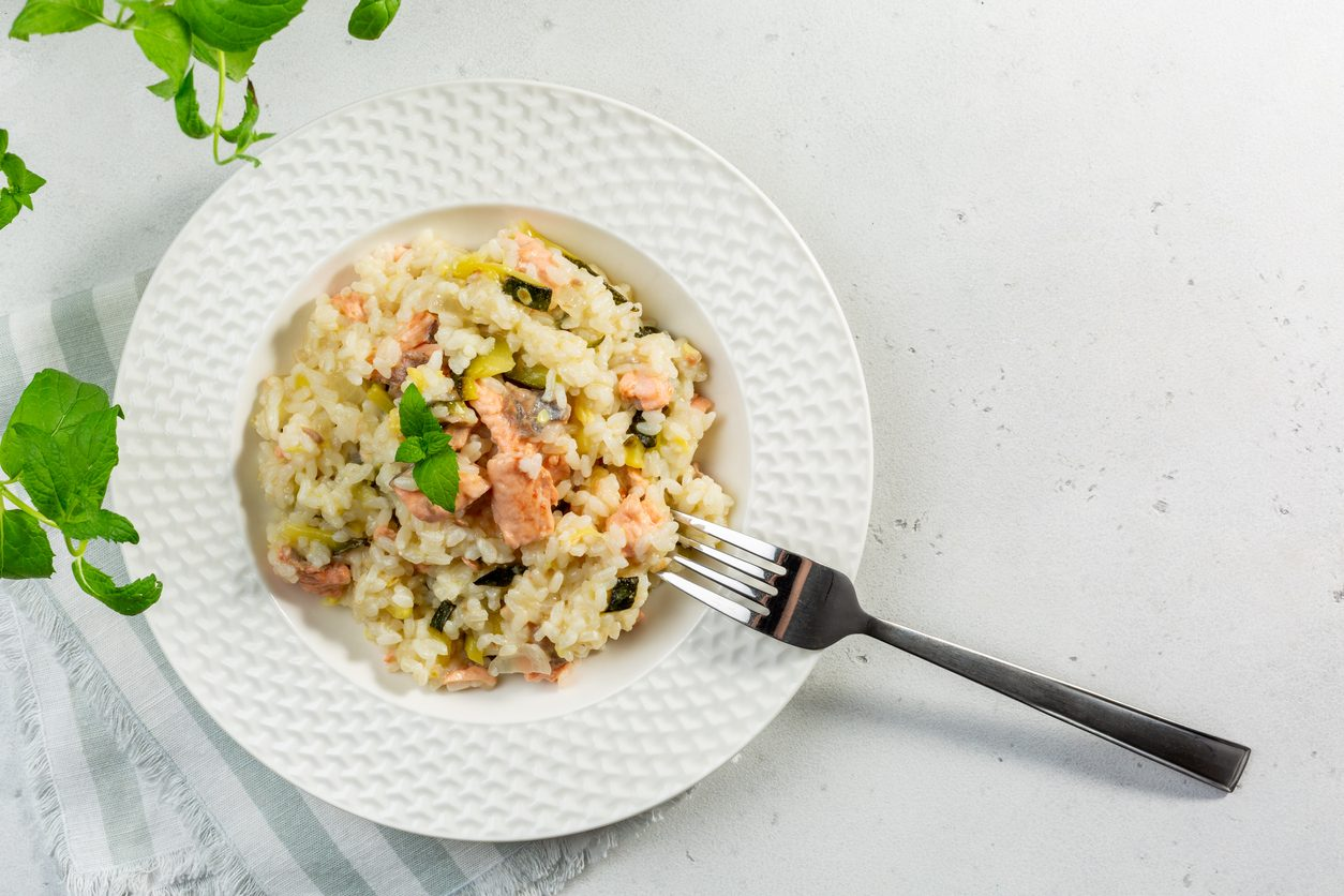 Risotto salmone e zucchine: la ricetta del primo piatto semplice e raffinato