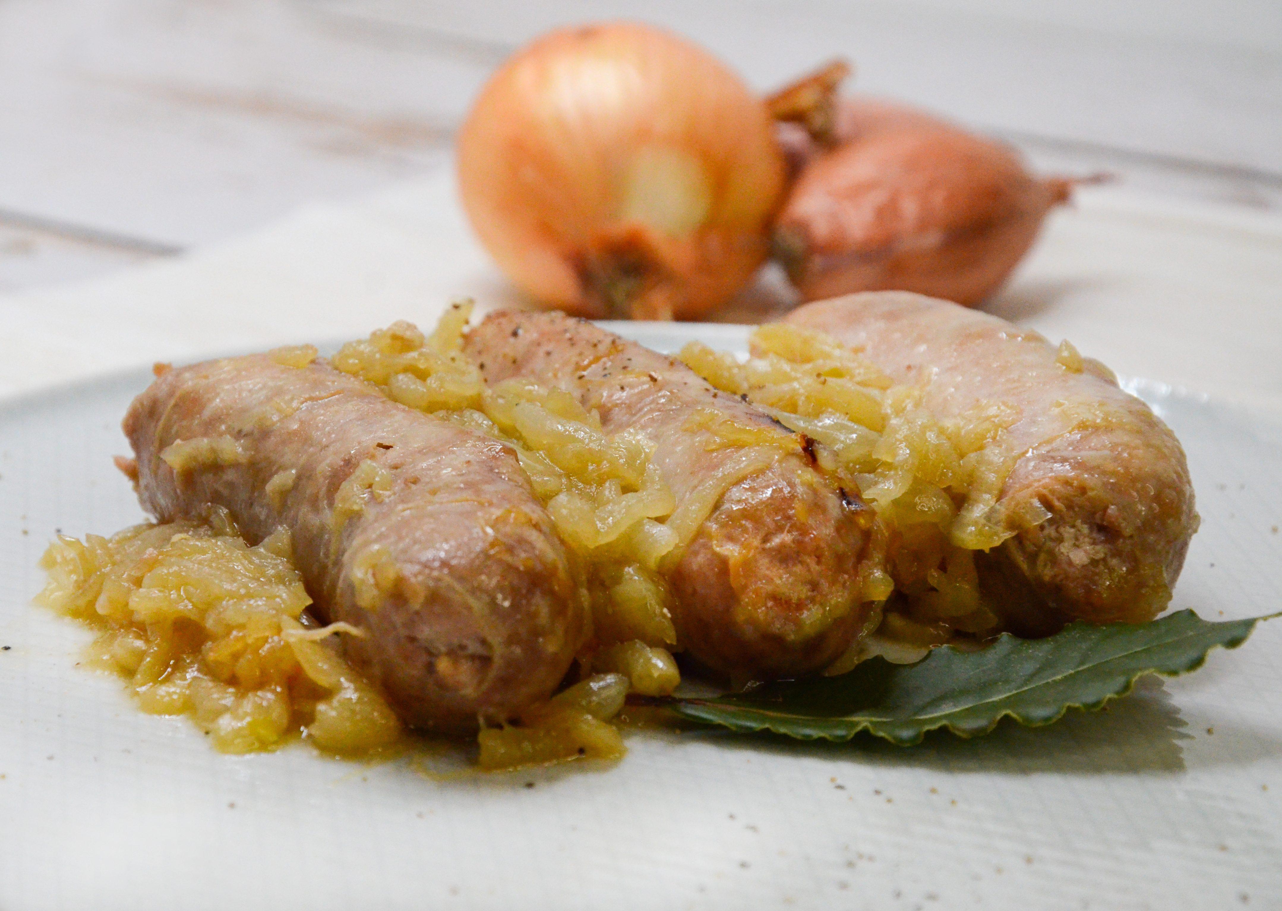 Salsicce con la cipolla: la ricetta del secondo piatto nutriente e saporito