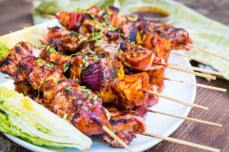 Spiedini di pollo alla griglia: la ricetta leggera e saporita con salsa barbecue