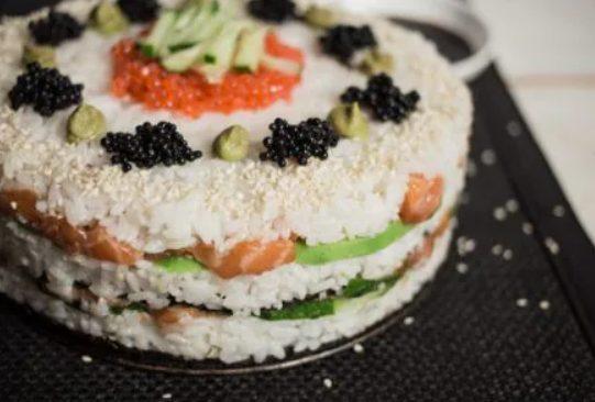 Sushi cake: la ricetta del sushi giapponese a strati delizioso e scenografico