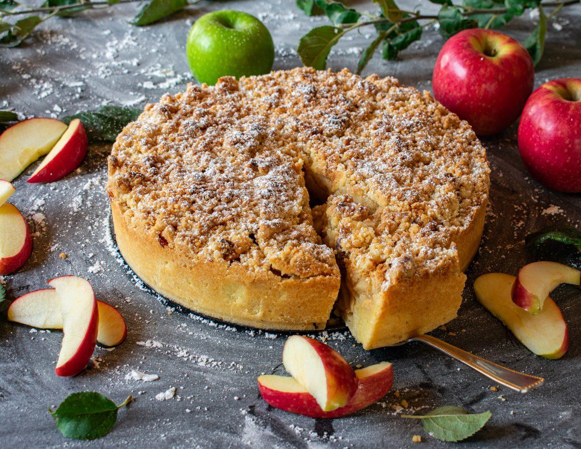 Torta di mele e amaretti: la ricetta del dolce soffice e delizioso con una nota croccante
