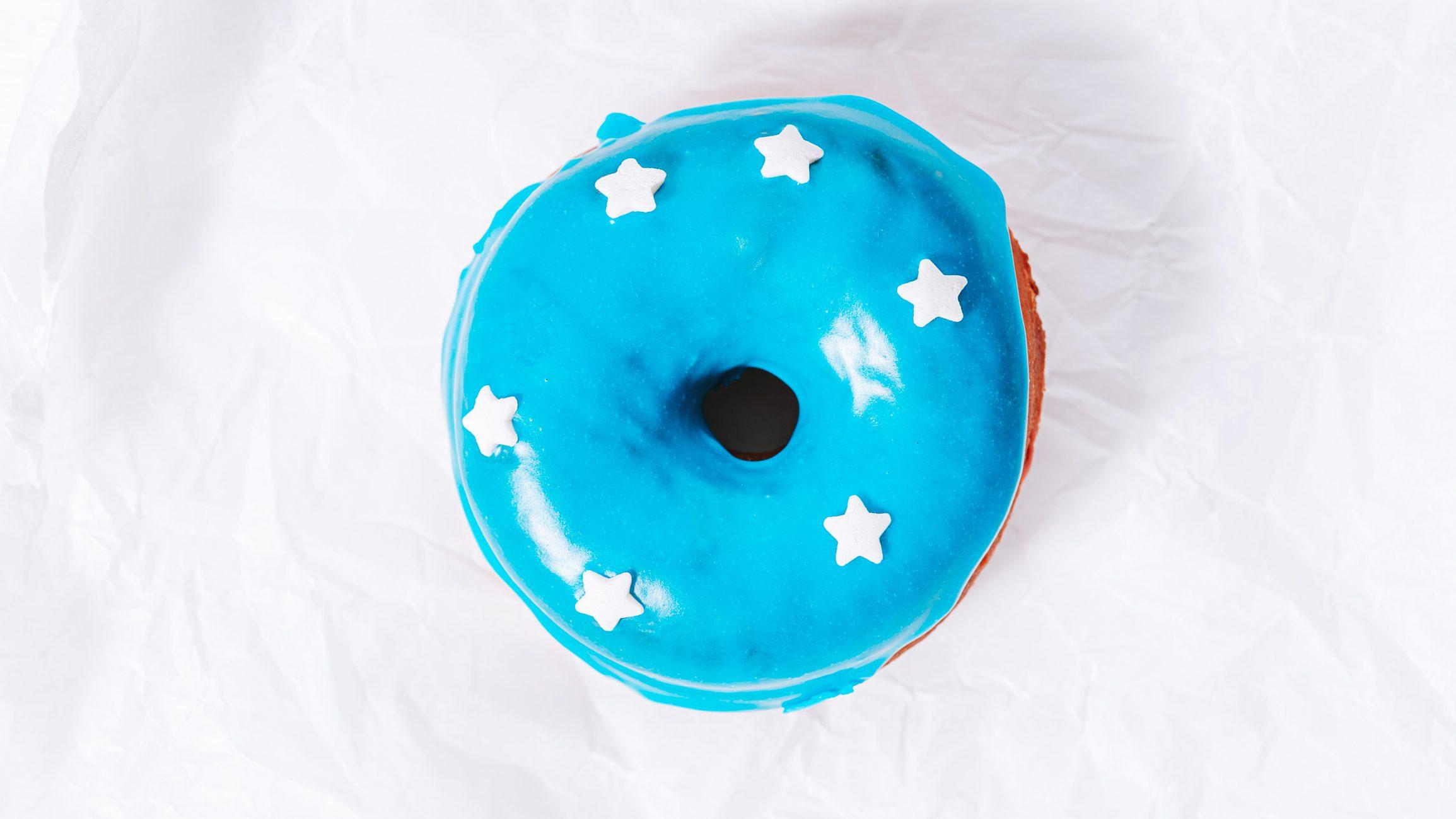 Scoperto un colorante naturale blu: nel futuro potremmo avere panini, donuts e gelati blu