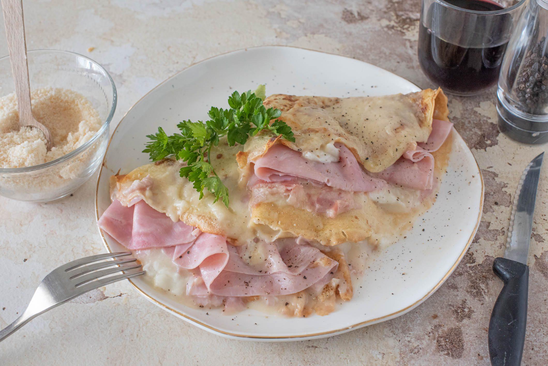 Crespelle prosciutto e besciamella: la ricetta del piatto filante e cremoso