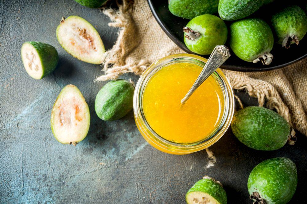 Feijoa: il frutto sudamericano che sa di ananas e fragola ama il clima dello Stivale