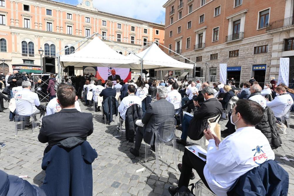 A maggio le riaperture, al ristorante anche di sera: il Governo incontra i ristoratori