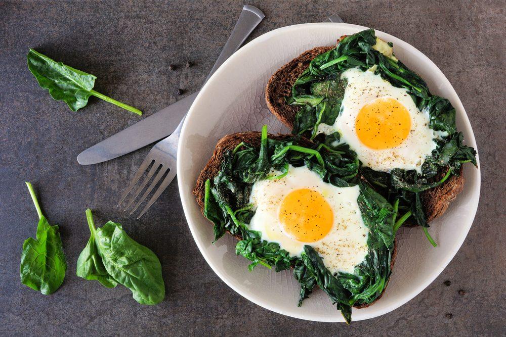 Crudi, lessati, in padella: come trattare gli spinaci per creare piatti perfetti