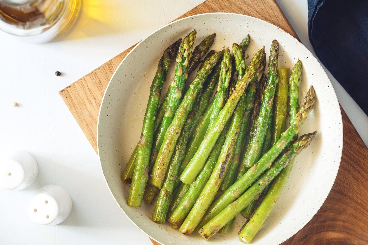 Asparagi grigliati: la ricetta del contorno alla griglia croccante e saporito