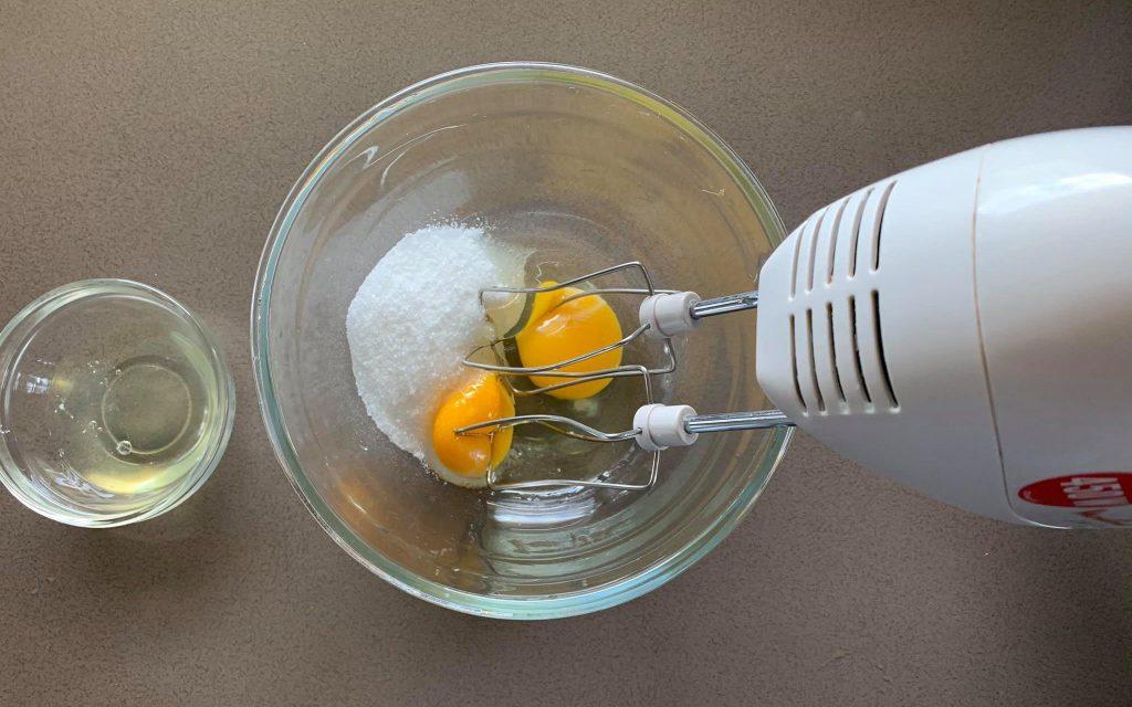 mescolare uova e zucchero