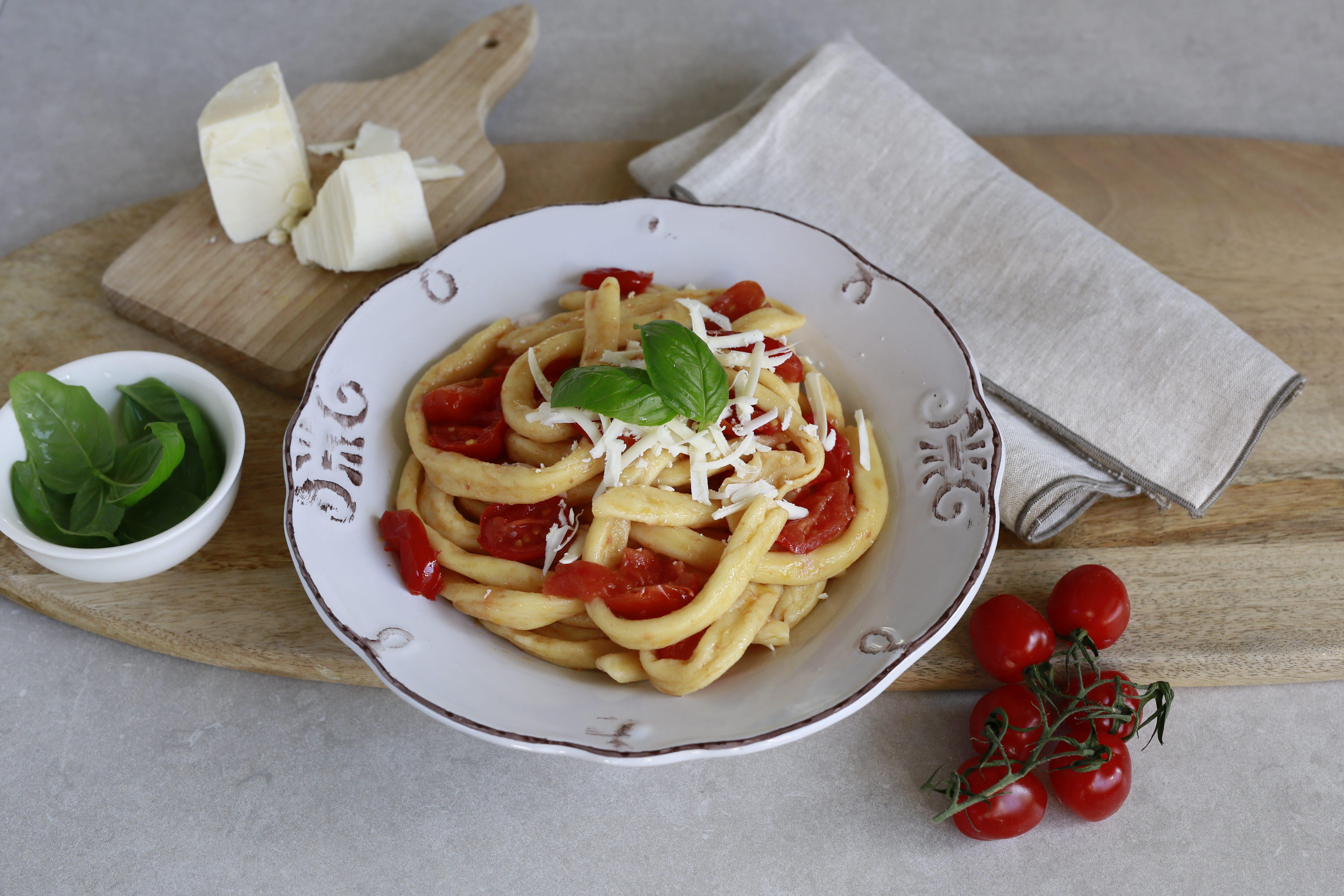 Fusilli cilentani con pomodorini e cacioricotta: la ricetta del piatto tipico campano