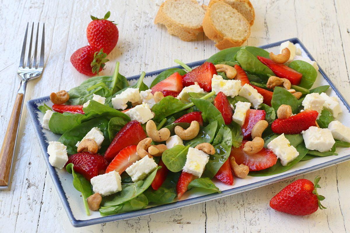 Insalata di fragole con feta e spinacini: la ricetta del piatto fresco e colorato