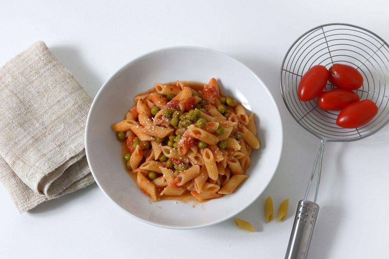 Pasta al sugo con piselli: la ricetta del primo piatto semplice e saporito