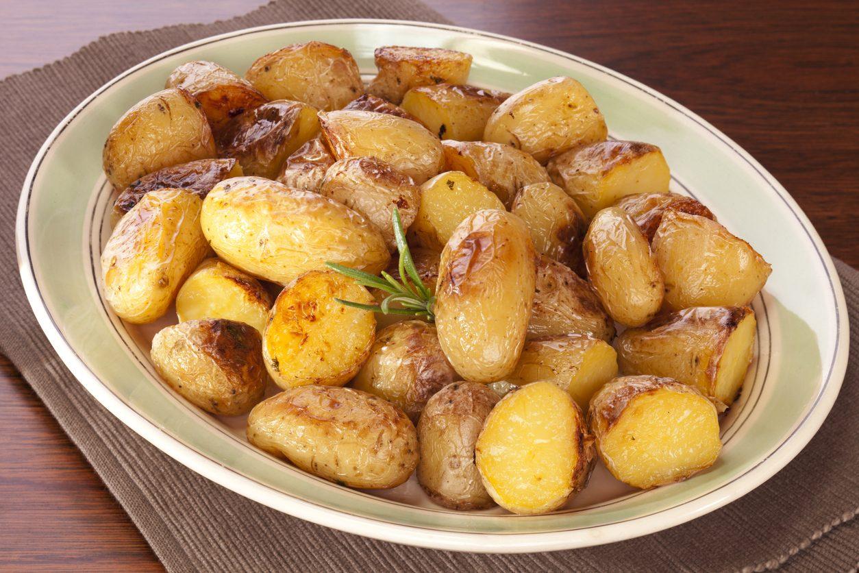 Patate caramellate: la ricetta del contorno gustoso e originale con patate novelle