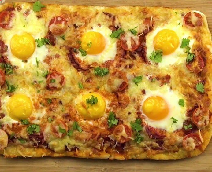 Pizza alla Bismarck: la ricetta della pizza con uovo a occhio di bue
