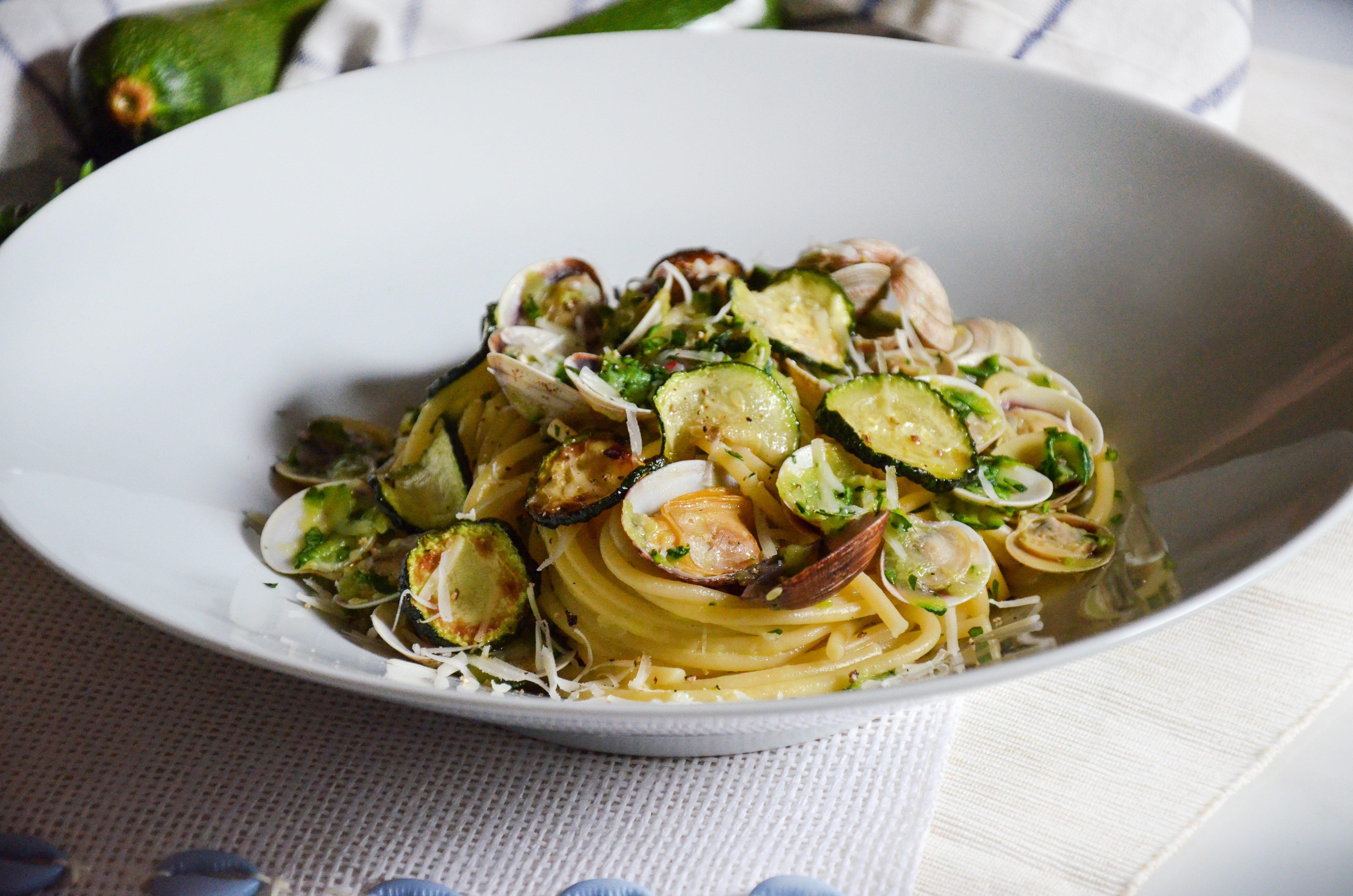 Spaghetti vongole e zucchine: la ricetta del primo piatto di mare leggero e saporito